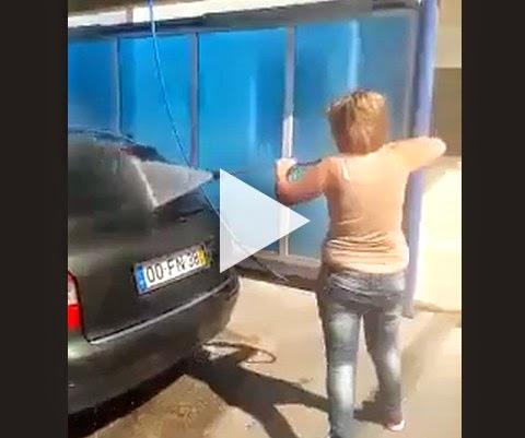 Mulher lavando o carro!