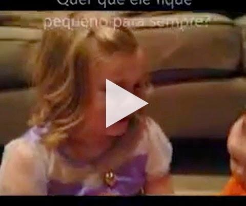 Menina chora ao descobrir que seu irmão irá crescer