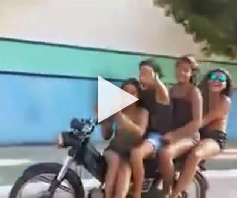 Motoqueiro com mais 3 faz gesto obsceno e cai