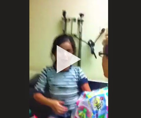 Se liga na reação da menina tomando vacina!