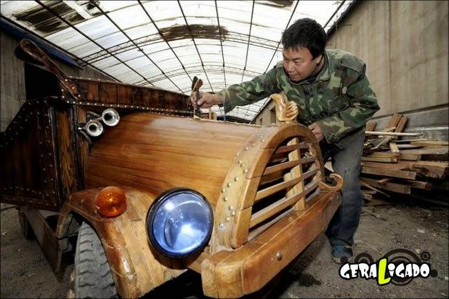 Carpinteiro chinês constrói seu próprio carro de madeira