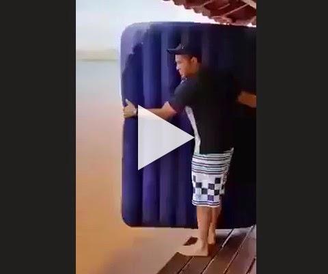 Como entrar na água com colchão inflável