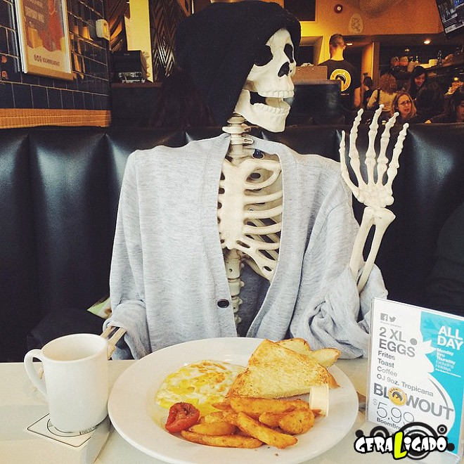 Skellie, um esqueleto que imita as garotas do Instagram10