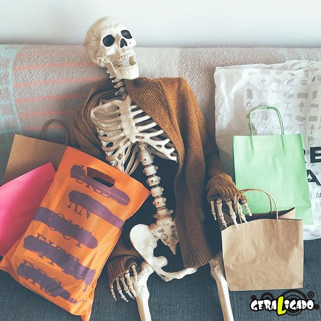 Skellie, um esqueleto que imita as garotas do Instagram12