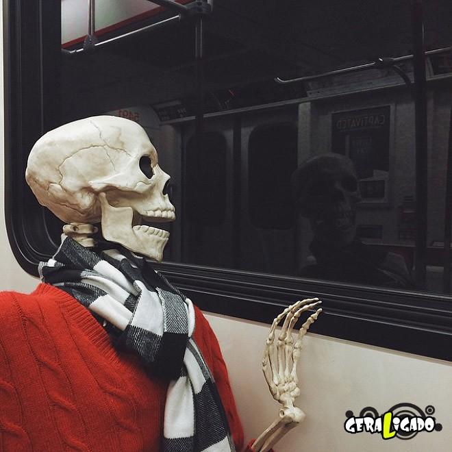 Skellie, um esqueleto que imita as garotas do Instagram7