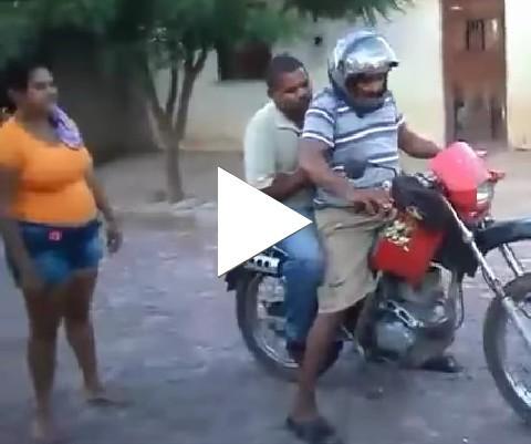 Dois bebados tentando ir pra casa na moto