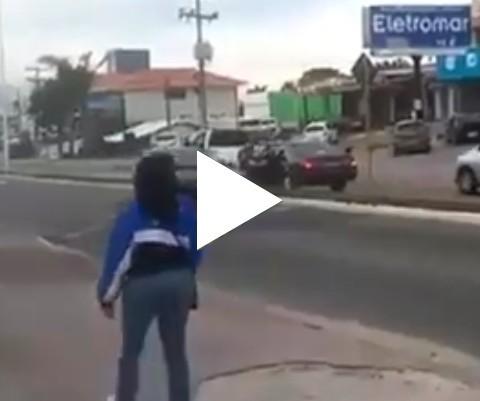 Covardão bate em mulher no transito e acaba levando a pior