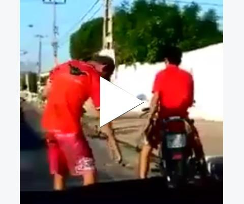 Olha o que a cachaça faz com rapaz na moto