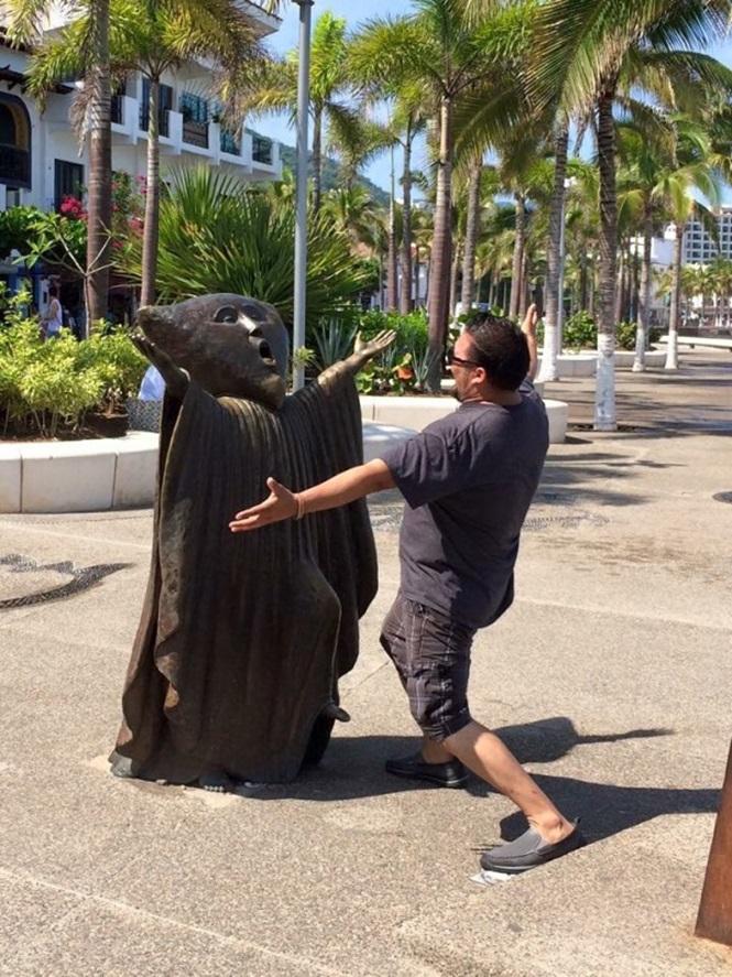 Pessoas se divertindo com estátuas16