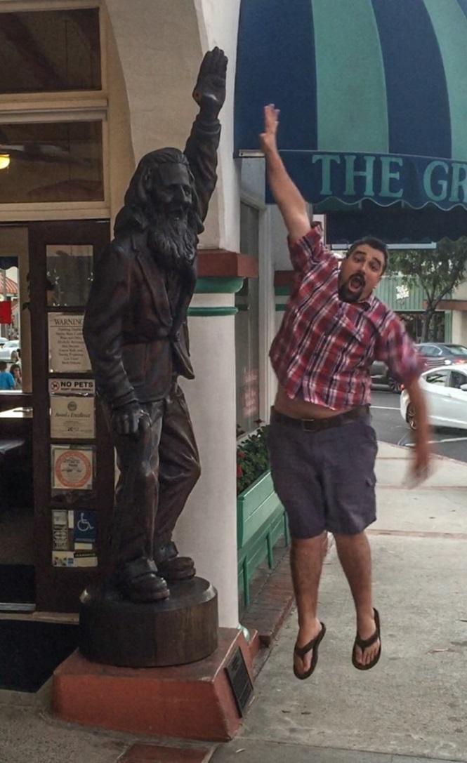 Pessoas se divertindo com estátuas17