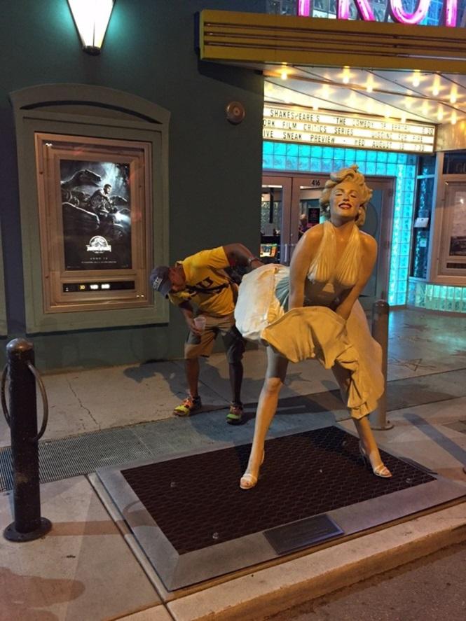 Pessoas se divertindo com estátuas19