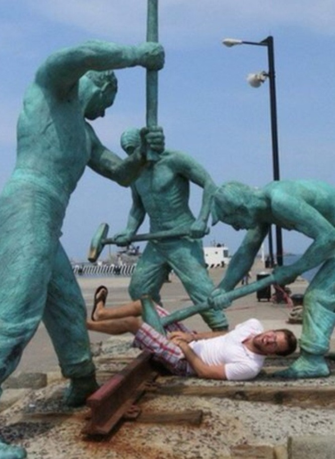 Pessoas se divertindo com estátuas2