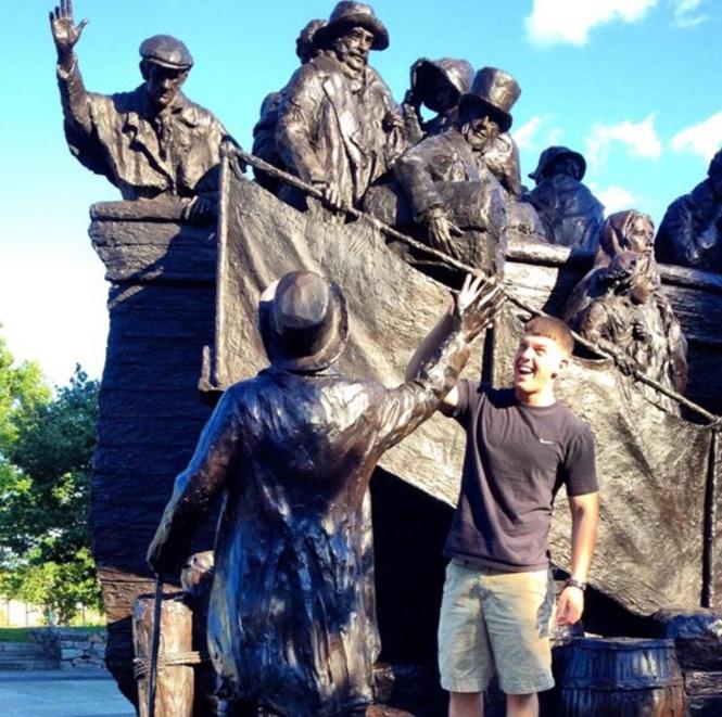 Pessoas se divertindo com estátuas22