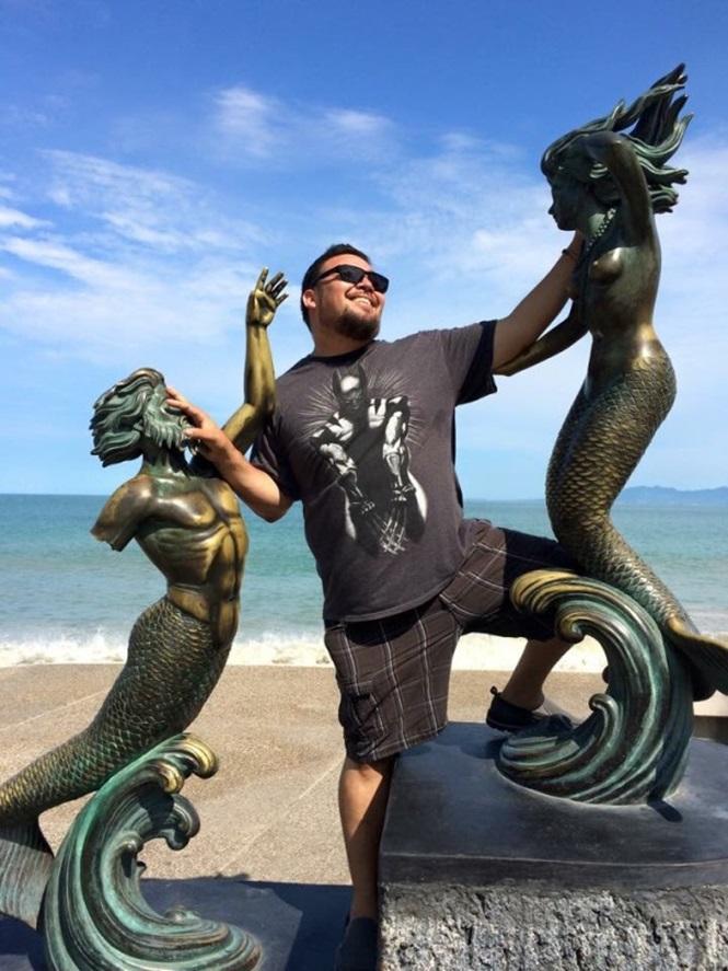Pessoas se divertindo com estátuas4