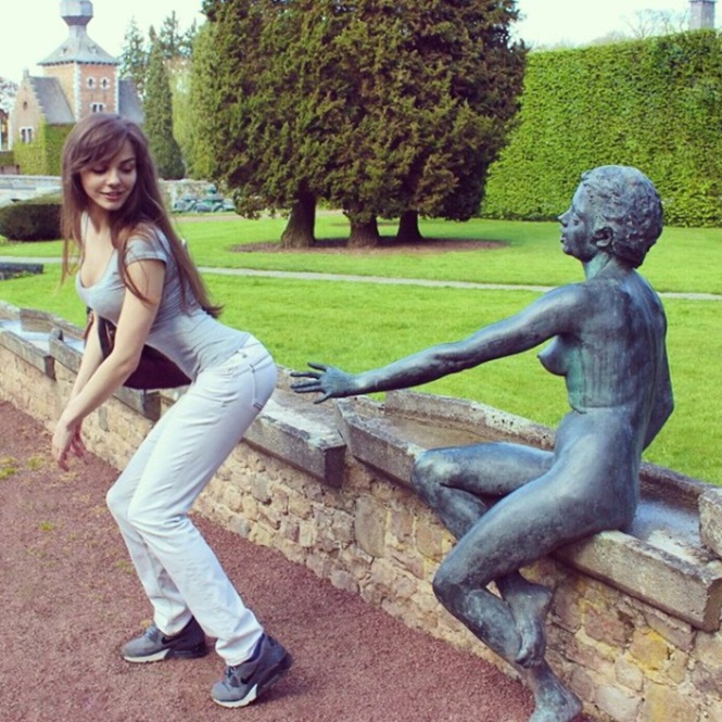 Pessoas se divertindo com estátuas6