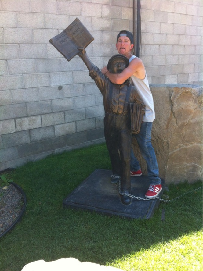 Pessoas se divertindo com estátuas9