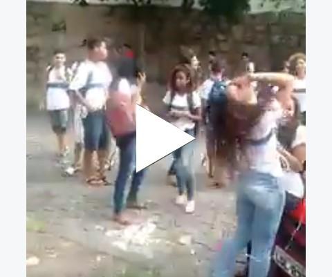 Bateu em duas amigas na saída da escola