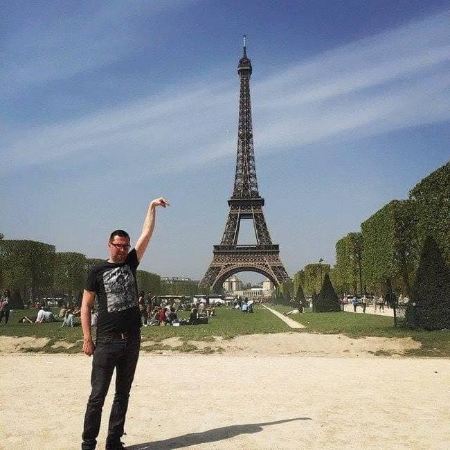 Gostaria que meu dedo tocasse na ponta da Torre Eiffel