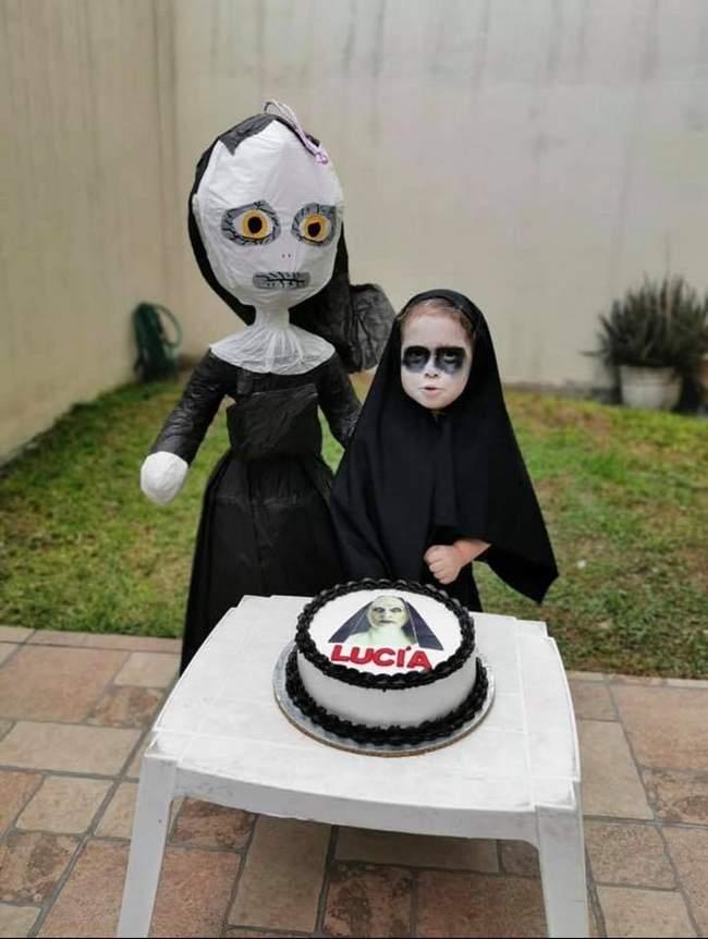 E essa meninha que escolheu a freira como tema de aniversário1