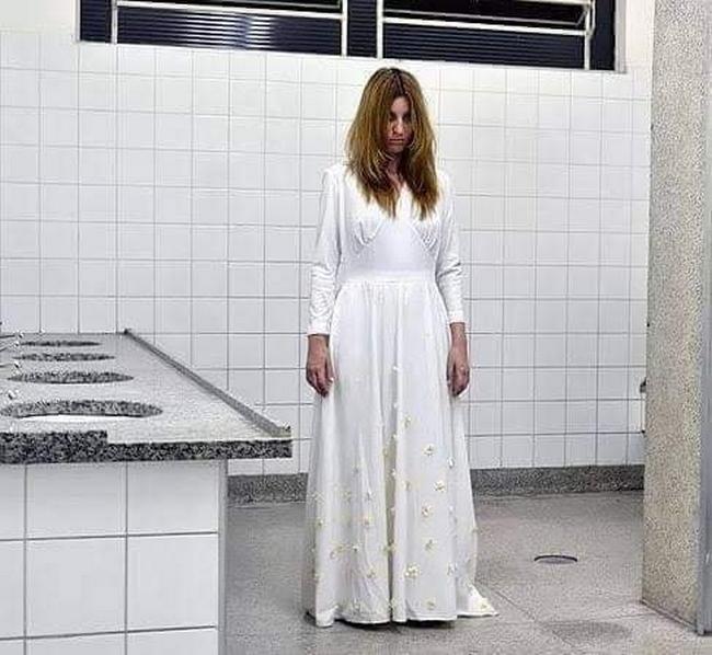 A loira do banheiro chateada, porque está sozinha no banheiro da escola desde março.