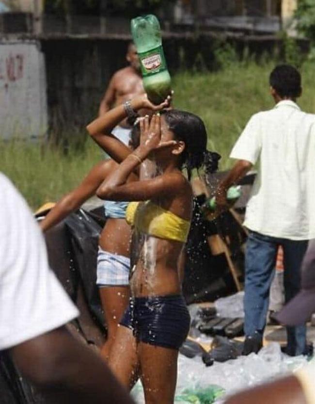 O dia que um caminhão de Guaraná tombou na linha amarela no Rio de Janeiro.