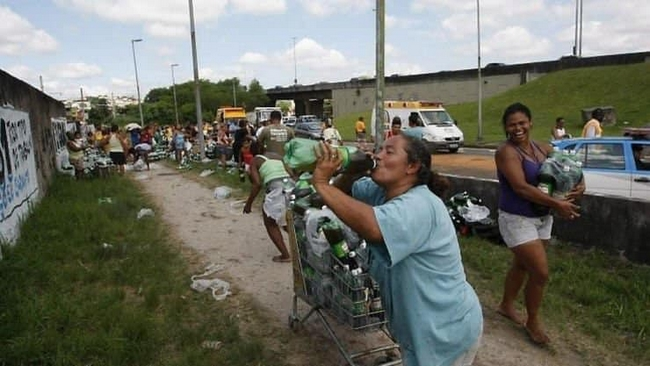 O dia que um caminhão de Guaraná tombou na linha amarela no Rio de Janeiro.3