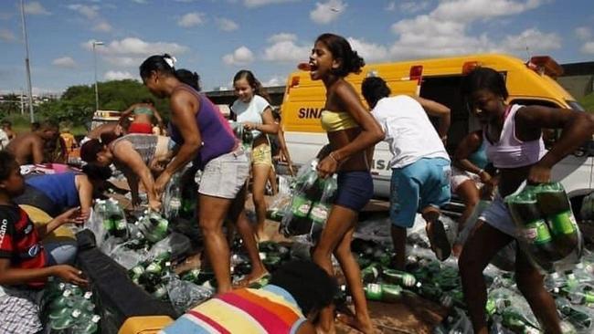 O dia que um caminhão de Guaraná tombou na linha amarela no Rio de Janeiro.4