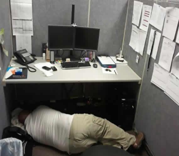 Homem é flagrado dormindo embaixo da mesa