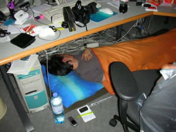 Mulher leva cobertor para dormir no trabalho