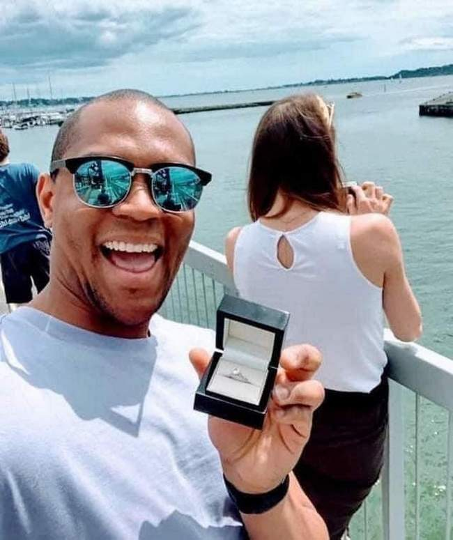 Este homem tirou fotos escondido com o anel de noivado da sua namorada por um mês antes de pedir ela em casamento!3